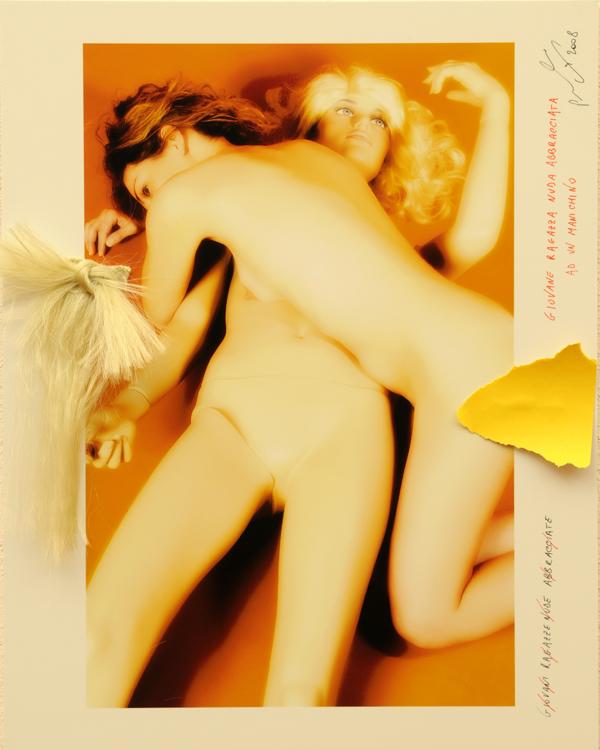 Giovane ragazza nuda abbracciata ad un manichino
